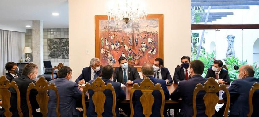 Presidente do Senado, Davi Alcolumbre recebeu os governadores, que reforçaram pedido de aprovação do novo texto que será votado