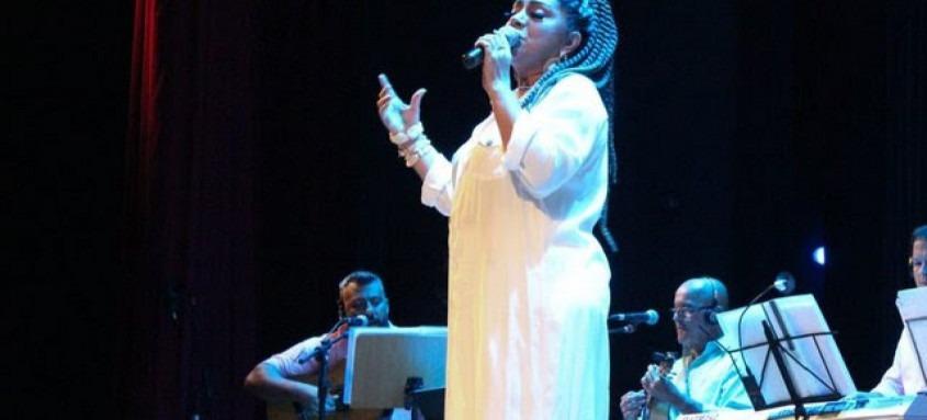 Cantora interpreta canções de bambas acompanhada por grupo