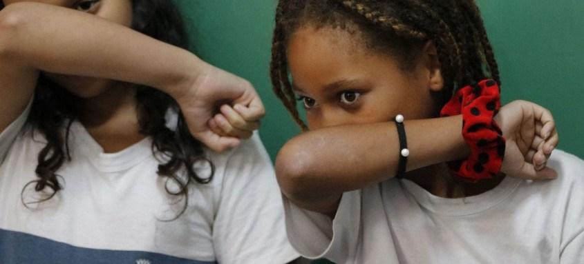 De acordo com os critérios, as aulas presenciais podem ser retomadas com 35% dos alunos do terceiro ano do ensino fundamental até o ensino médio nas cidades com risco moderado