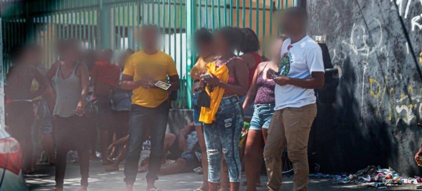 Grupo com quatro a cinco pessoas, localizados próximos aos locais de votação, entregavam santinhos