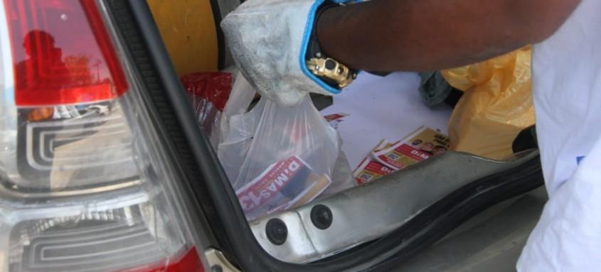Material de campanha estava no porta-malas de carro