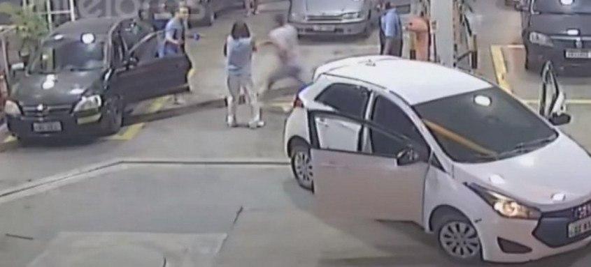 Imagem flagrou momento exato em que o PM (de azul) atira contra a vítima (de branco)