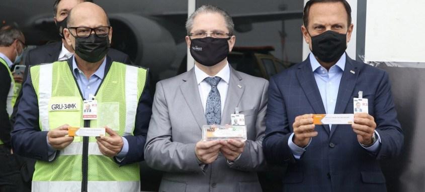 O governador João Doria, ao lado de autoridades da área de Saúde, acompanhou a chegada das vacinas em Guarulhos