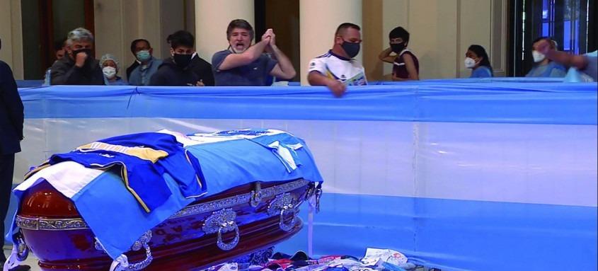 Os argentinos não escondiam a emoção diante do caixão de Maradona, que foi velado na Casa Rosada