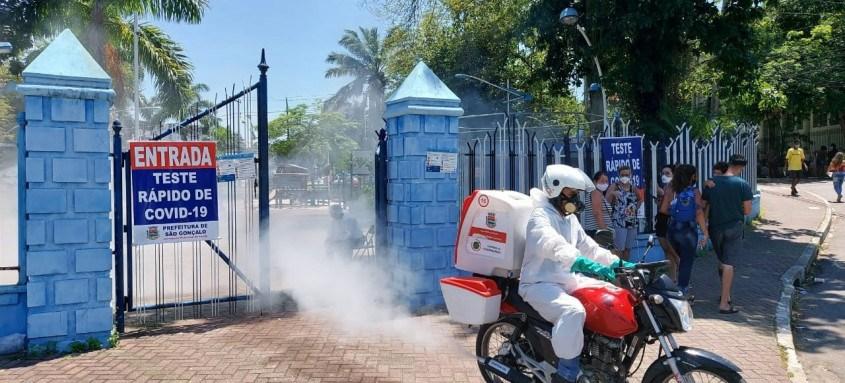 São Gonçalo abre nova sala para realização de exames. Sanitização das ruas também foi reforçada no município