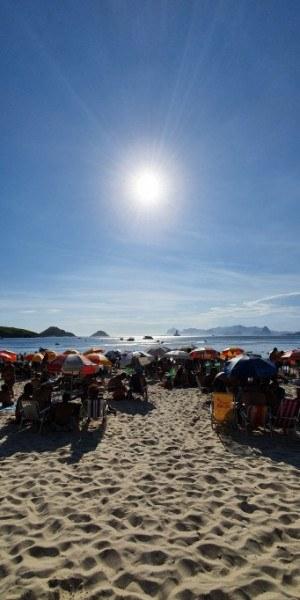 Praia de Itaipu completamente lotada nesta segunda-feira (30). Nenhuma barreira foi encontrada ao longo do percurso