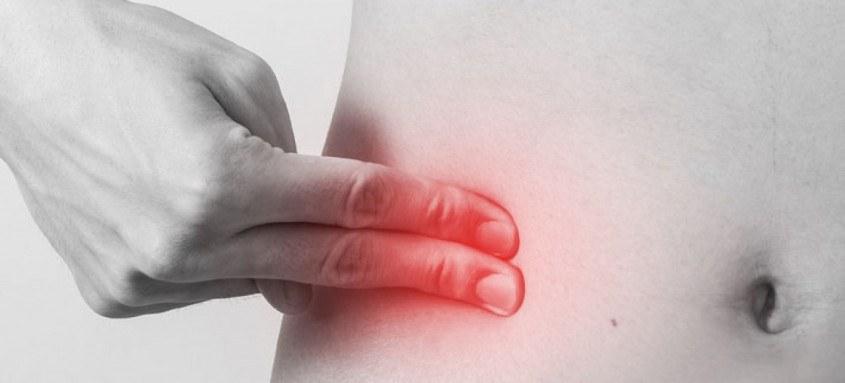 Apendicite causa dor abdominal, mais especificamente do lado direito na parte baixa do abdome, febre e vômitos