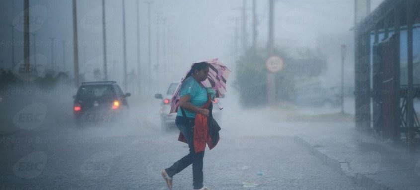 O tempo chuvoso atrapalhou a vida de muitas pessoas nesta segunda-feira