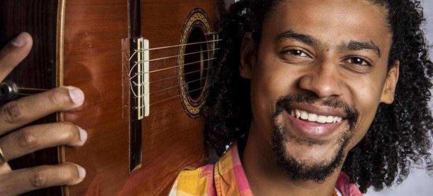 Músico apresenta canções autorias e de outros artistas no Municipal