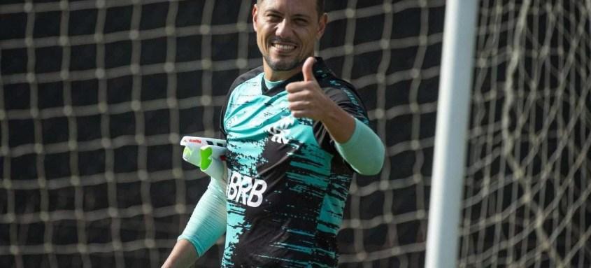 Diego Alves assinou ontem à tarde seu novo contrato com o Flamengo