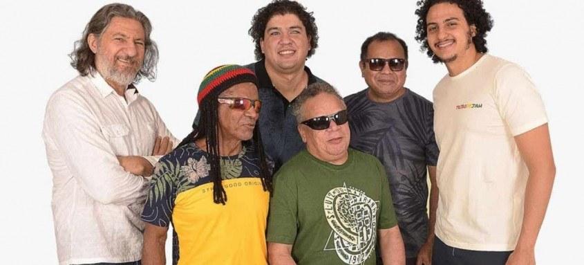 Neste domingo, às 13h, acontece o show oficial em comemoração aos 35 anos da Tribo de Jah. A transmissão no canal do grupo no Youtube. Conhecida como pioneira do reggae brasileiro e por seus músicos cegos, eles apresentam um repertório com clássicos e inéditas.