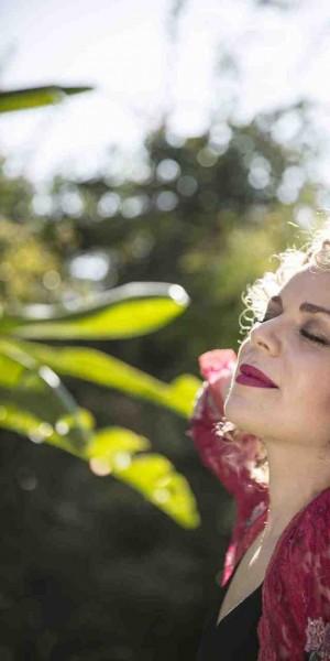 Manuela Freua celebra o fim do ano com canções natalinas