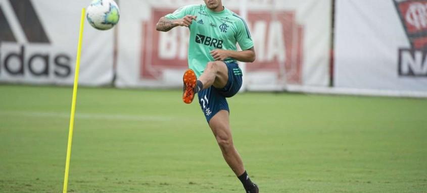 Com a suspensão de Gabigol, expulso contra o Bahia, Pedro ganha hoje à noite mais uma chance no time titular
