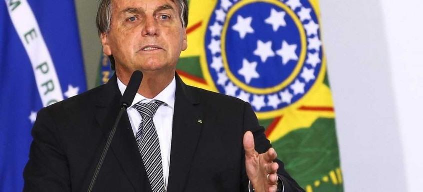 Presidente Bolsonaro se defende, afirmando que caso exercesse pressões pela vacina, seria acusado de interferência e irresponsabilidade