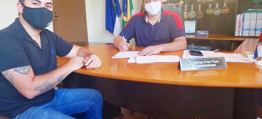 A assinatura foi feita no gabinete junto ao secretário da pasta, Lucas Esteves com orientação, e texto da Coordenadora de Imunização, Renata Gomes
