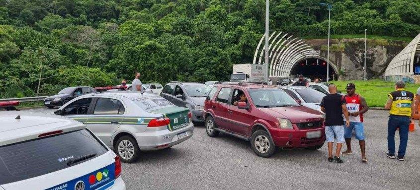 Veículos foram multados em três pontos de bloqueios montados nas principais vias da cidade
