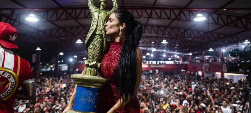Raissa beijando a taça de campeã do carnaval de 2020, diante dos seus súditos na quadra da Unidos do Viradouro. Ela garante que não ficará longe do carnaval