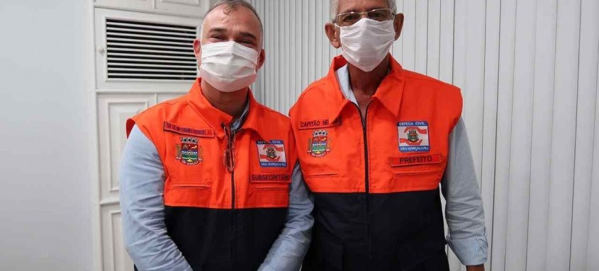 Capitão Nelson e o subsecretário de Defesa Civil, Fernando Rodrigues, que ofereceu um colete para o prefeito