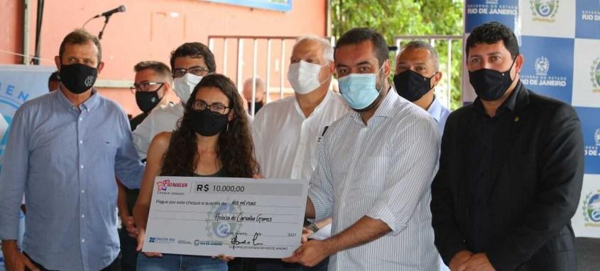 O governador em exercício entregou cheques simbólicos para floricultores