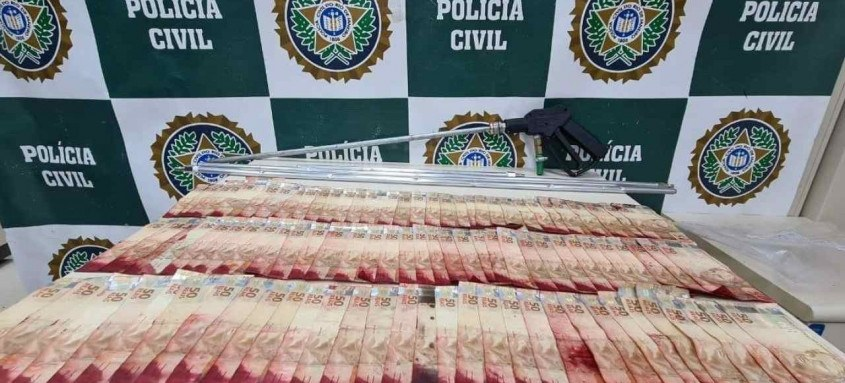 Dois homens foram presos em São João de Meriti. Houve apreensão de dinheiro e materiais para a prática criminosa