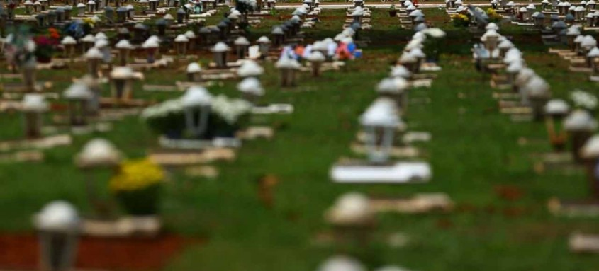 Segundo a universidade americana Johns Hopkins, em dezembro, várias vezes a marca de 15 mil mortes por dia foi registrada