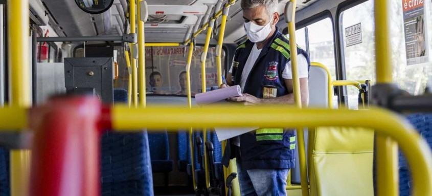 Cinco empresas que atuam na cidade já receberam a visita dos agentes, que checaram condições de segurança de 208 veículos