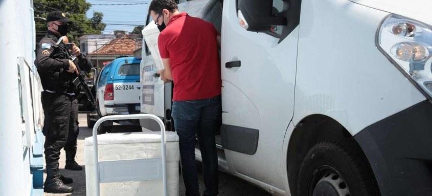 Vacinas chegaram a São Gonçalo ontem, por volta das 15h. O prefeito Capitão Nelson acompanhou toda a operação
