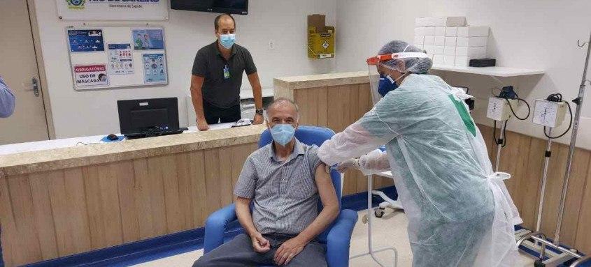 Médico e enfermeira receberam primeira dose na última sexta-feira (22)
