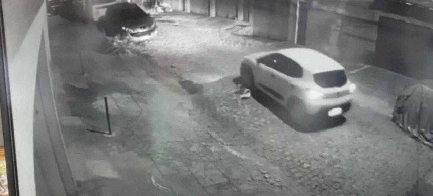 A polícia procura a pessoa que conduzia o carro