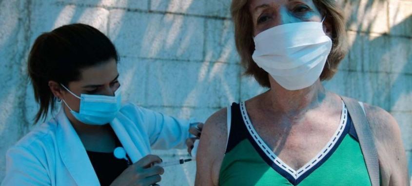 A médica Nadja Miranda é vacinada contra a covid-19. O município do Rio ampliou o público-alvo da campanha