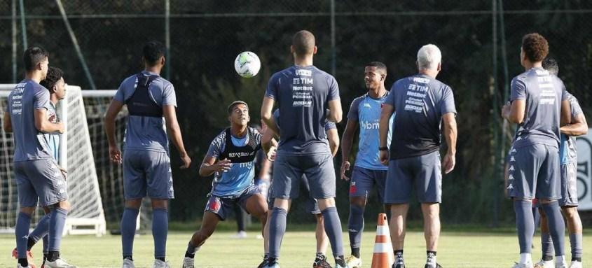 Jogadores do Vasco treinam em Atibaia (SP) para enfrentar o Bahia amanhã