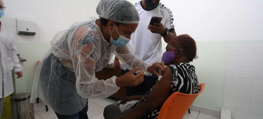 A população deve consultar qual grupo está sendo convocado para a imunização nas redes sociais, no site oficial da prefeitura (www.niteroi.rj.gov.br) e pelo telefone 153