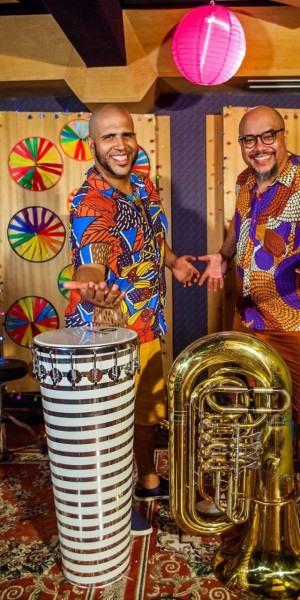 Duo Fanfarrão leva educação musical a crianças e educadores