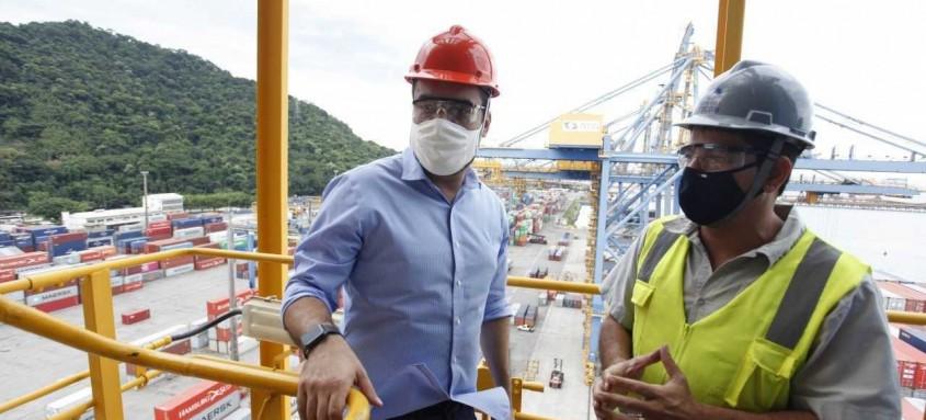 Governador Claudio Castro lembrou, no Porto de Itaguaí, que é preciso melhorar a infraestrutura e incentivar negócios