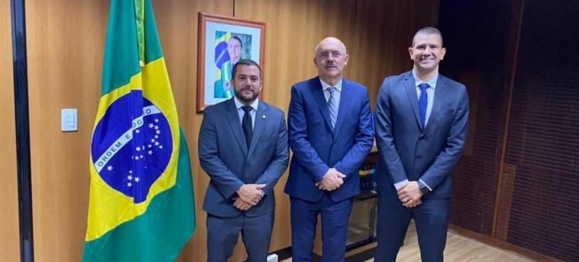 Carlos Jordy, Milton Ribeiro e Douglas Ruas, durante encontro para levar escola cívico-militar para São Gonçalo