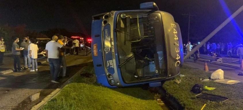 Testemunhas do acidente contaram que a colisão teria sido causada por um carro que invadiu a pista exclusiva dos ônibus expressos
