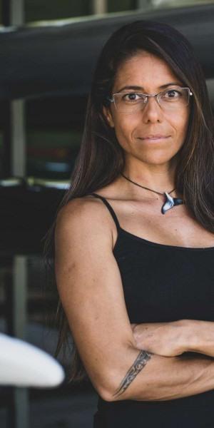 Além da autoria da obra, Luiza é fundadora do Projeto Vou de Canoa, programa socioambiental com a missão de disseminar educação, esporte e cultura de forma integrada
