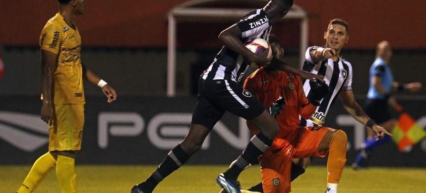 Matheus Babi (com a bola) fez o gol do Botafogo no empate com o Madureira