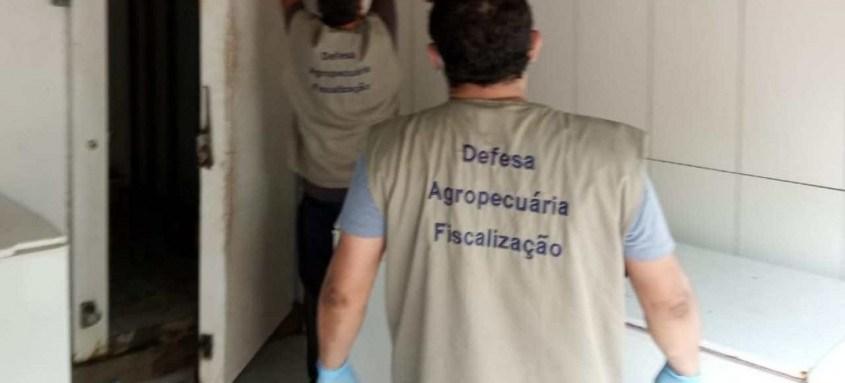Equipe da Defesa Agropecuária descarta mais de 700 kg de carne imprópria para consumo em Duque de Caxias