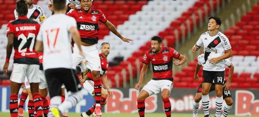 De cabeça, Léo Matos abriu o placar para o Vasco sobre o Flamengo nesta quinta-feira