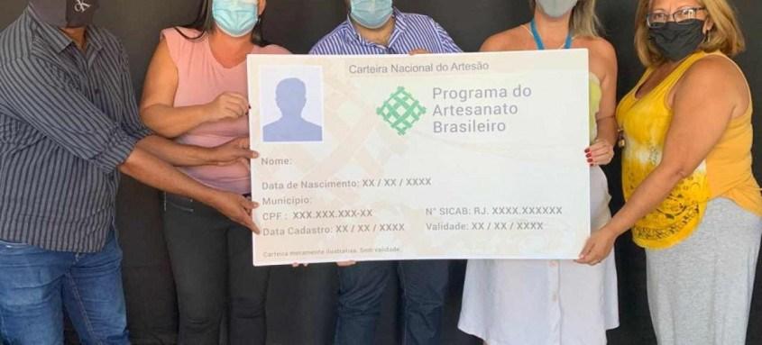 Conquista: artesãos com documento que garante acesso a microcrédito