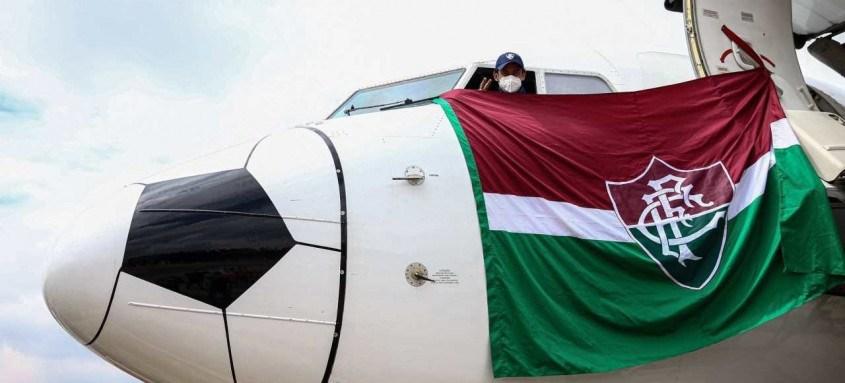 Fred surgiu ontem na cabine do avião com uma enorme bandeira tricolor