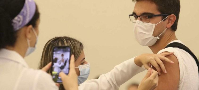 Até a próxima sexta-feira receberão a primeira dose da vacina os profissionais da saúde entre 30 e 34 anos