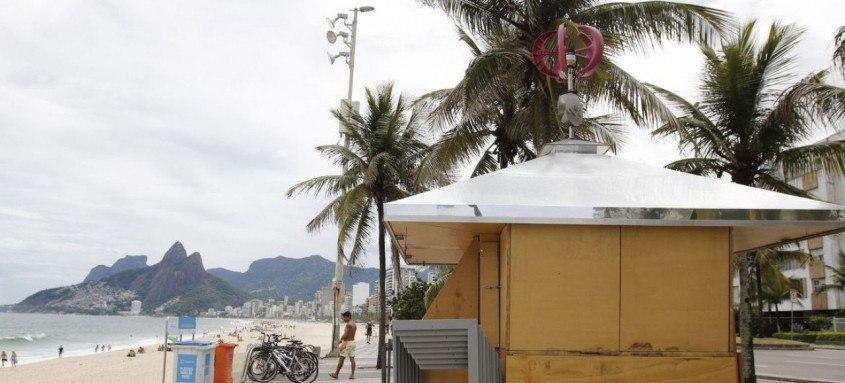 Quiosques das praias do Rio estão  fechados em cumprimento ao decreto municipal. As novas restrições impostas pelo prefeito do Rio, Eduardo Paes, para tentar combater o avanço da Covid-19, entraram em vigor nesta sexta-feira(5), e vão se estender até a próxima quinta-feira(11), em um período inicial de teste.