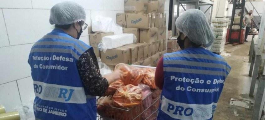 Produtos sem data de manipulação e validade, alimentos expostos na área de venda sem proteção foram encontrados no Supermarket de São Gonçalo