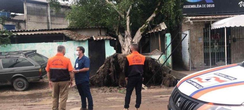 Equipes da prefeitura estiveram nas ruas providenciando a retirada de lixos e galhos de árvores que obstruíam a passagem