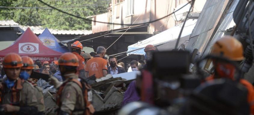 Técnicos estão no local fazendo vistoria e ajudando moradores