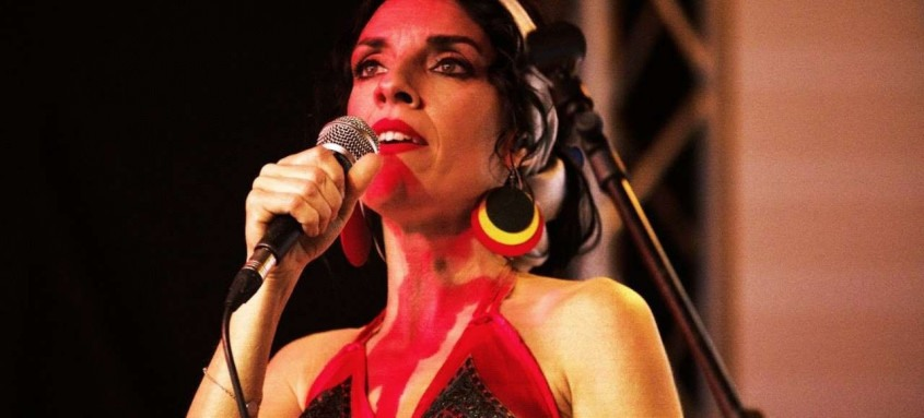 Em show inédito, gravado em um pequeno teatro nos arredores de Roma, a cantora italiana Carla Cocco encerra a nona edição do