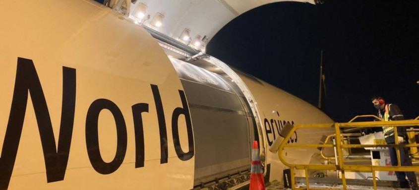 Avião com imunizantes pousou em São Paulo na noite de quinta-feira