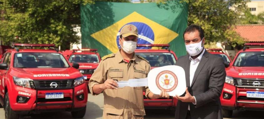 O secretário de Defesa Civil Leandro Monteiro e o governador Claudio Castro na entrega simbólica das chaves dos carros